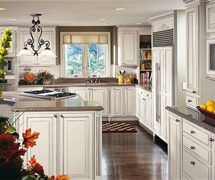 ... Madison Off White Glazed Cabinets In A Traditional Kitchen In Maple  Chantille With Espresso Glaze ...