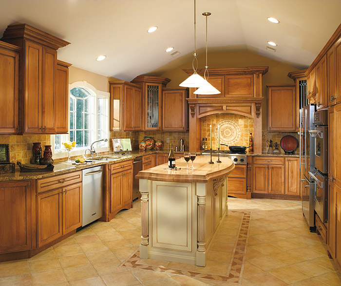 Savannah natural maple cabinets in a traditional kitchen with coffee glaze